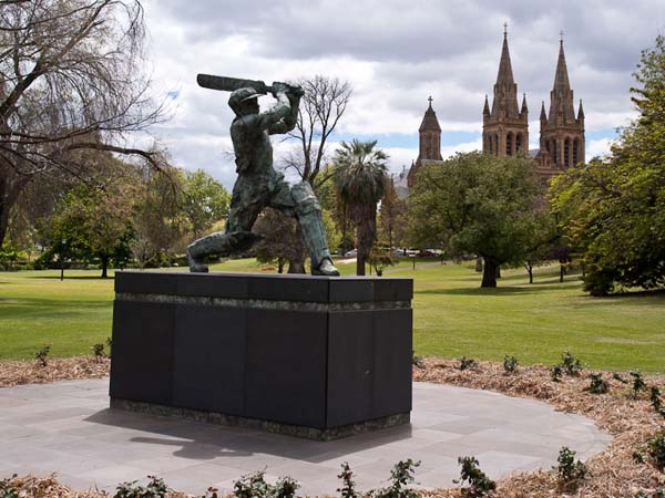 Монумент крикетисту Дональду Брэдмэну